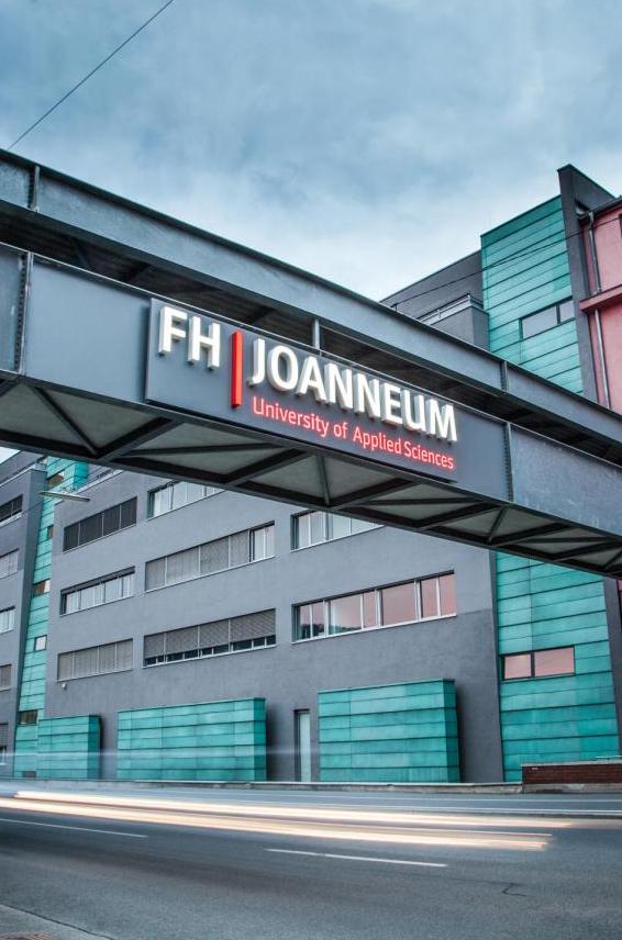 Außenansicht der Fachhochschule mit Übergang über Straße und FH JOANNEUM Aufschrift