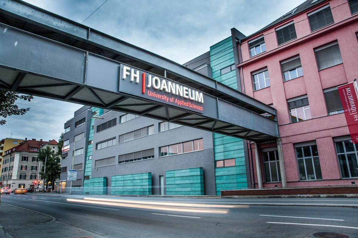 FH JOANNEUM Außenansicht Übergang über Straße mit Logo