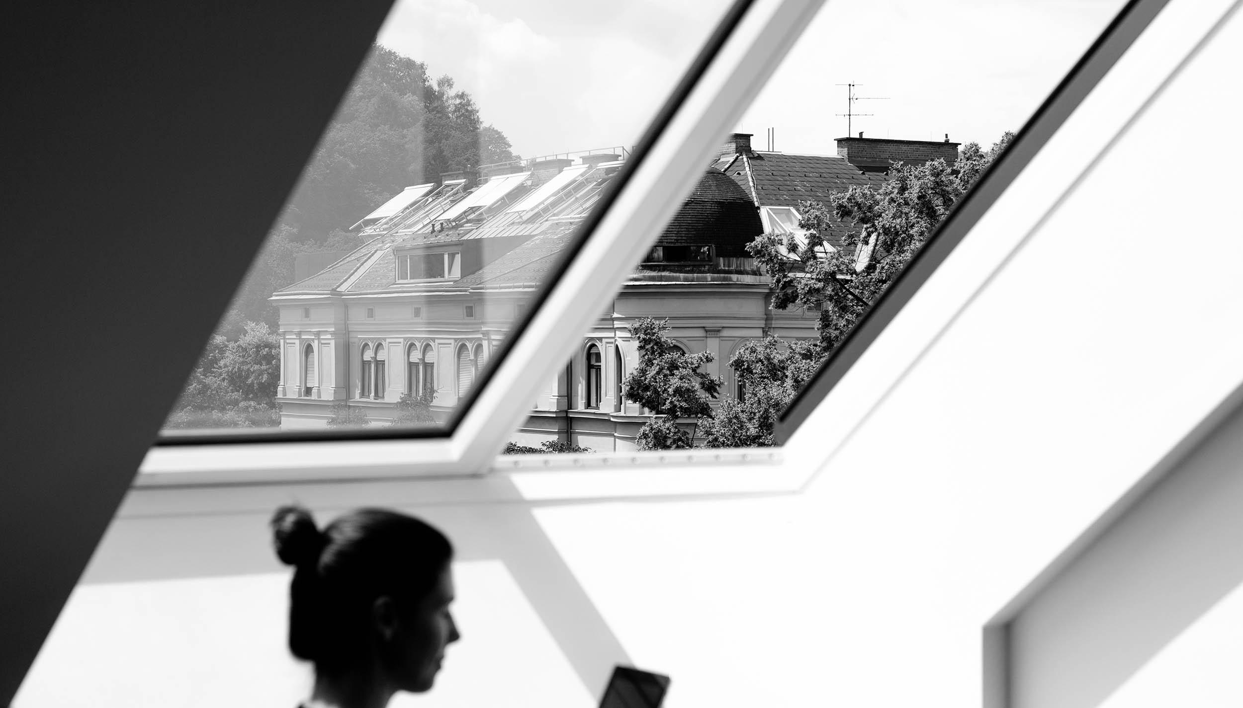 Conversory Mitarbeiterin aus dem Designteam mit Tablet vor dem Fenster