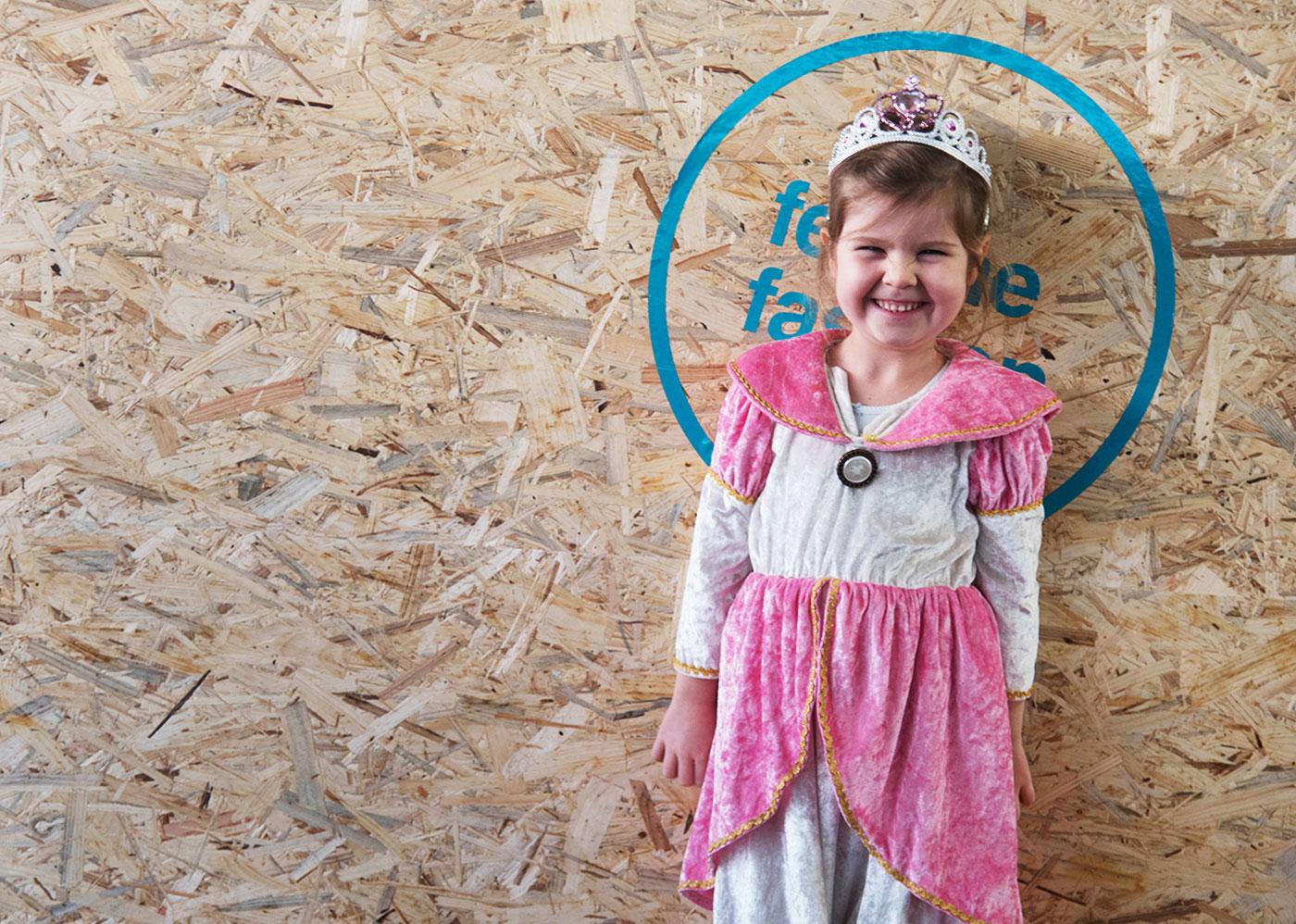 Als Prinzessin verkleidetes Kind in einem Caritas Carla Shop