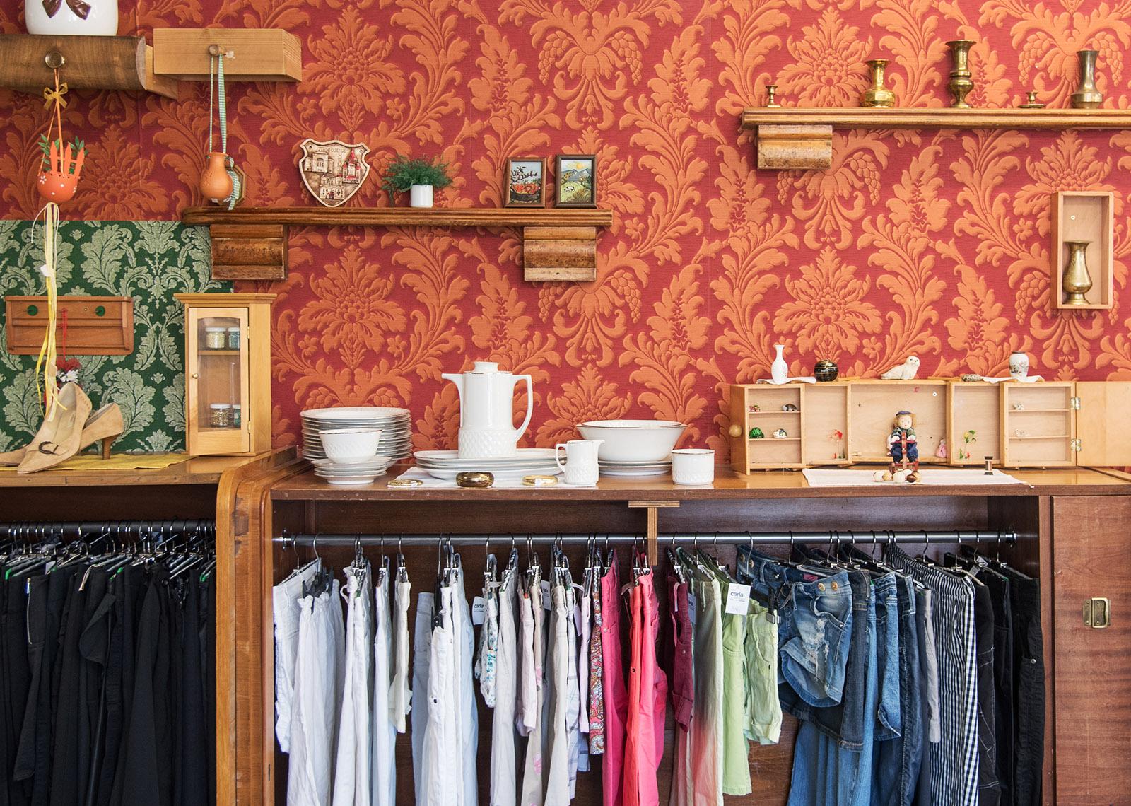 Bunte Store Dekoration in einem Caritas Carla Shop