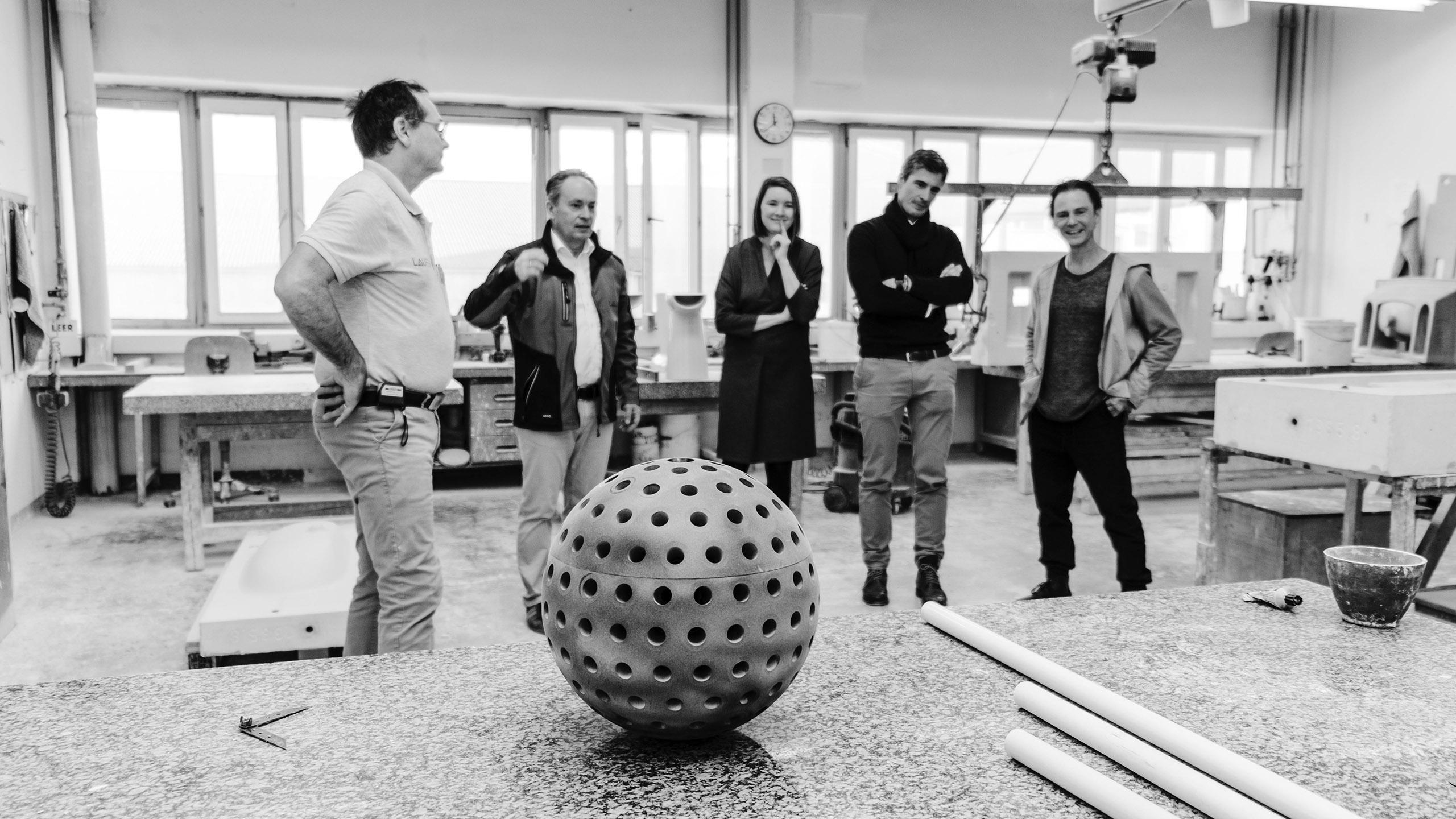 Kugel für die Keramiktubes des Projekts N186 von LOVE architects für die Biennale in Venedig mit Team in schwarz weiß