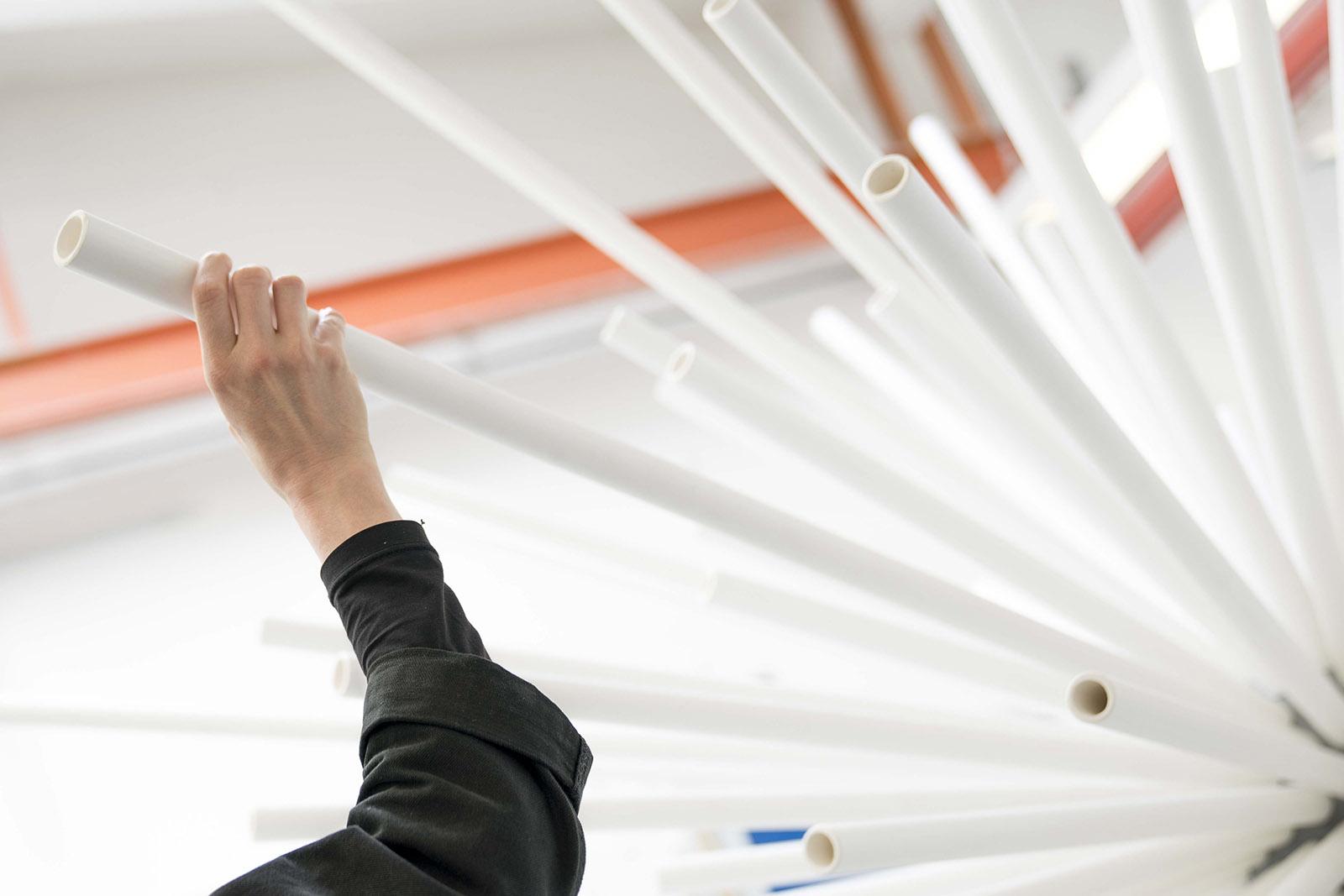 Detailansicht der weißen Keramiktubes des Projekts N186 von LOVE architects für die Biennale in Venedig