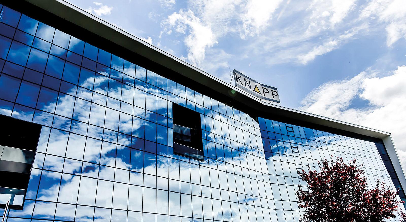 Headquarter in Hart bei Graz mit Glasfassade und dem Firmenschriftzug am Dach Firmengebäude mit Glasturm © KNAPP AG