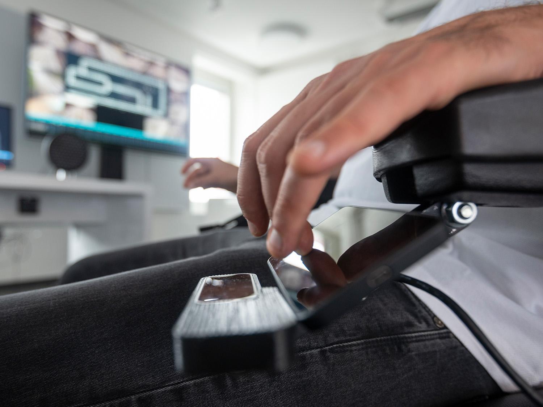 Nahaufnahme einer Hand am Steuerelement eines Rollstuhls der Innovationsschmiede JOANNEUM RESEARCH