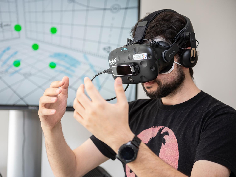 Mitarbeiter von JOANNEUM RESEARCH trägt Virtual Reality Brille