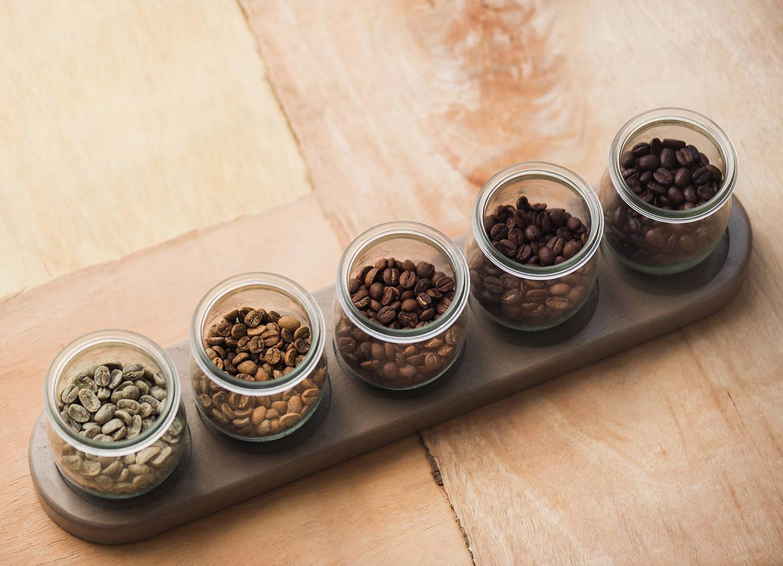 Eine kleine Auswahl an Heissenberger Kaffeesorten in Glasbehältern