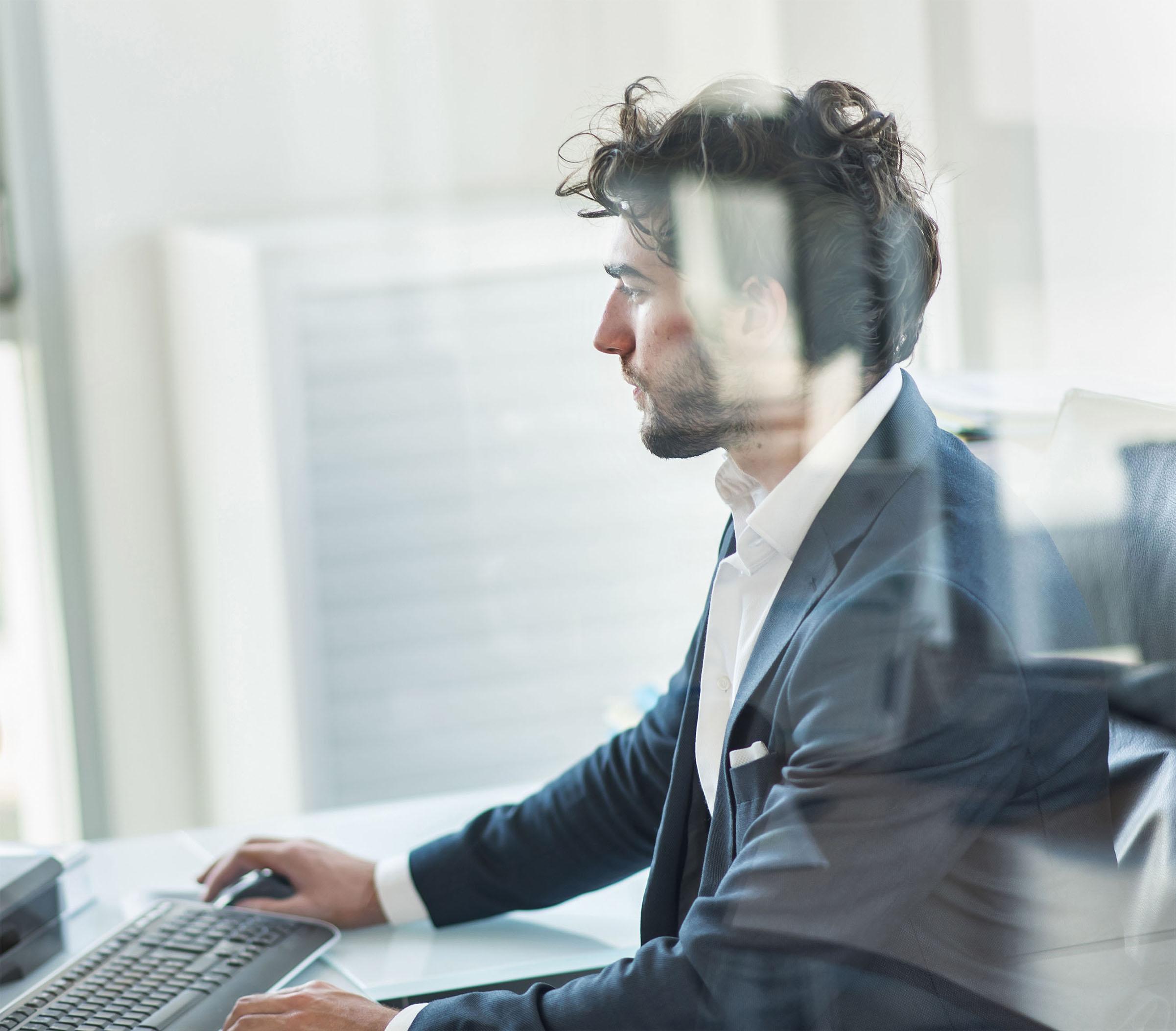 Unternehmensmitarbeiter verwaltet Daten mit dem Product Information Management Tool von Conversory