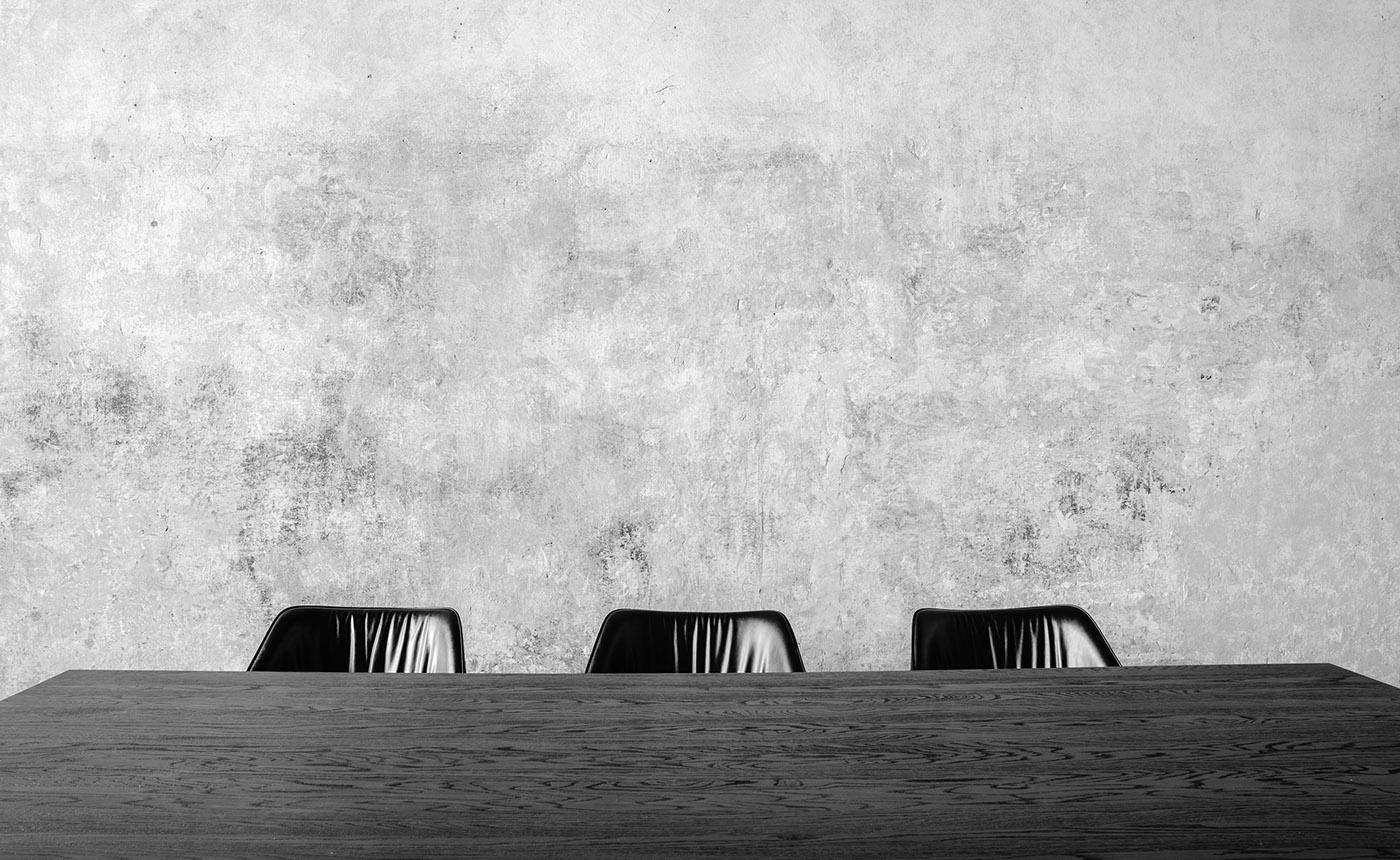 Konferenztisch mit Bürostühlen in der digitalen Marketingagentur Conversory